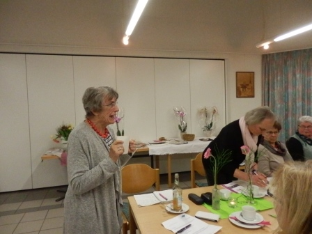 v.li. Wahlhelferin Karin Derksen gibt das Wahlergebnis bekannt. Barbara Löffler ist Wahlleiterin. (Foto: D.Mathes)