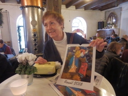 Ellen Becker bietet ihren Kalender an (Foto: D.Mathes)