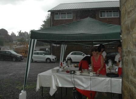 Bei strömendem Regen flüchteten die Landfrauen in die Brennerei. (Foto:Negel-Täuber)