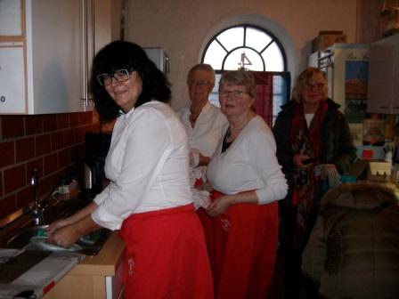und wieder gut gelaunt: Abwaschen, Abtrocknen, Kaffee kochen in der Küche (Foto: B.Löffler)