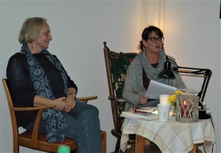 Barbara Löffler (links) und Evelyn Schmitz gestalteten bereits zum zweiten Mal einen Bücherabend für die Rönsahler Landfrauen. Foto: Negel-Täuber