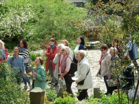 …Nicole Frank (links im Bild) führt die LandFrauen durch den Garten…(Foto: D.Mathes)