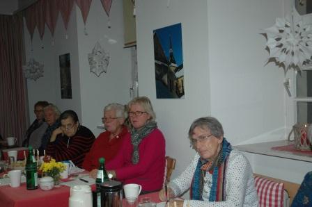 In gemütlicher Runde profitierten die Landfrauen von den geballten Literaturkenntnissen der Referentinnen. Foto: Negel-Täuber