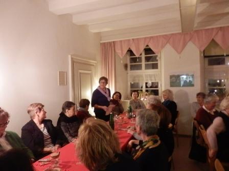 Brigitte Escher –vom Vorstandsteam, begrüßt die Landfrauen.. (Foto:D.Mathes)