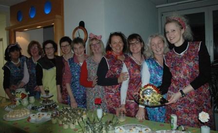 Das Vorbereitungsteam in Kittelschürzen mit  Käseigel. Foto: Negel-Täuber