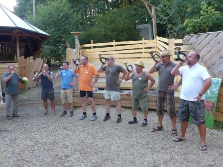 2018: Mit passendem Jagdsignalen stimmten die an der Ferienspielaktion beteiligten Mitglieder des Hegrings Kierspe-Rönsahl auf das Geschehen auf den Spuren von Robin Hood ein. Foto Crummenerl