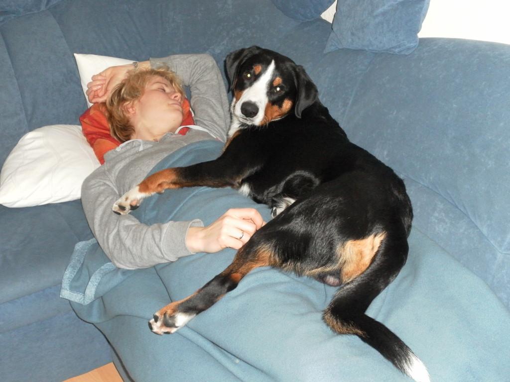 Kuschelüberfall auf Frauchen, während Sie schläft ;-)