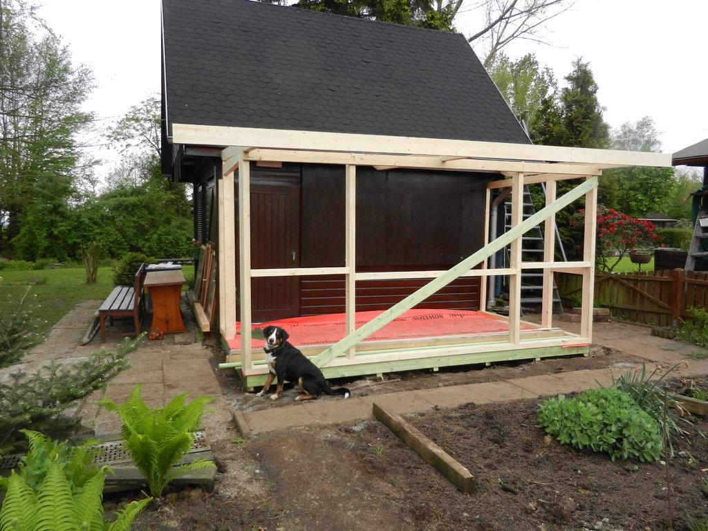 Der erste Teil von der neuen Terrasse steht.