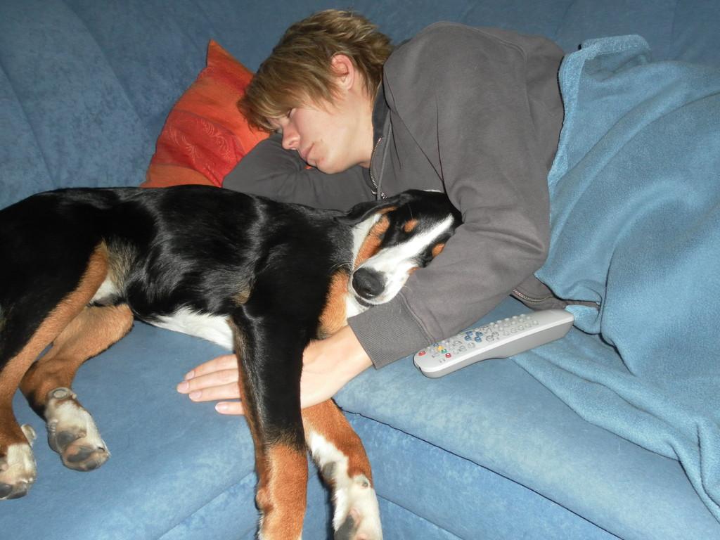 Schlafen bei Frauchen im Arm ;-)