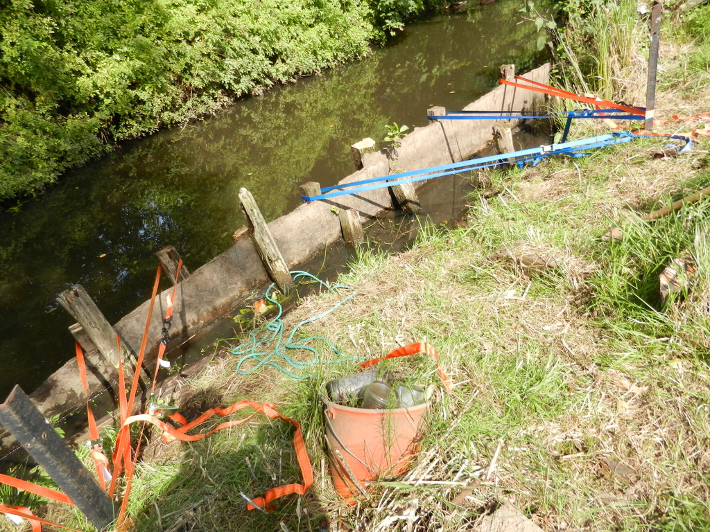 Nun steht der Anleger wieder grade und nun müssen nur noch ein paar Pfeiler gesetzt werden und dann nur noch das Ufer bepflanzt werden.