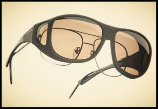 """Bild zeigt eine Überziehbrille, die als Sonnenschutzbrille über die eigene Brille gezogen wird. Die """"Cover Me"""" Überziehbrille hat polarisierende Gläser."""