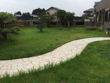 雑草 草 対策 草刈り 草取り 除草 草抜き 防草 処理 草むしり 砂利 スタンプコンクリート デザインコンクリート