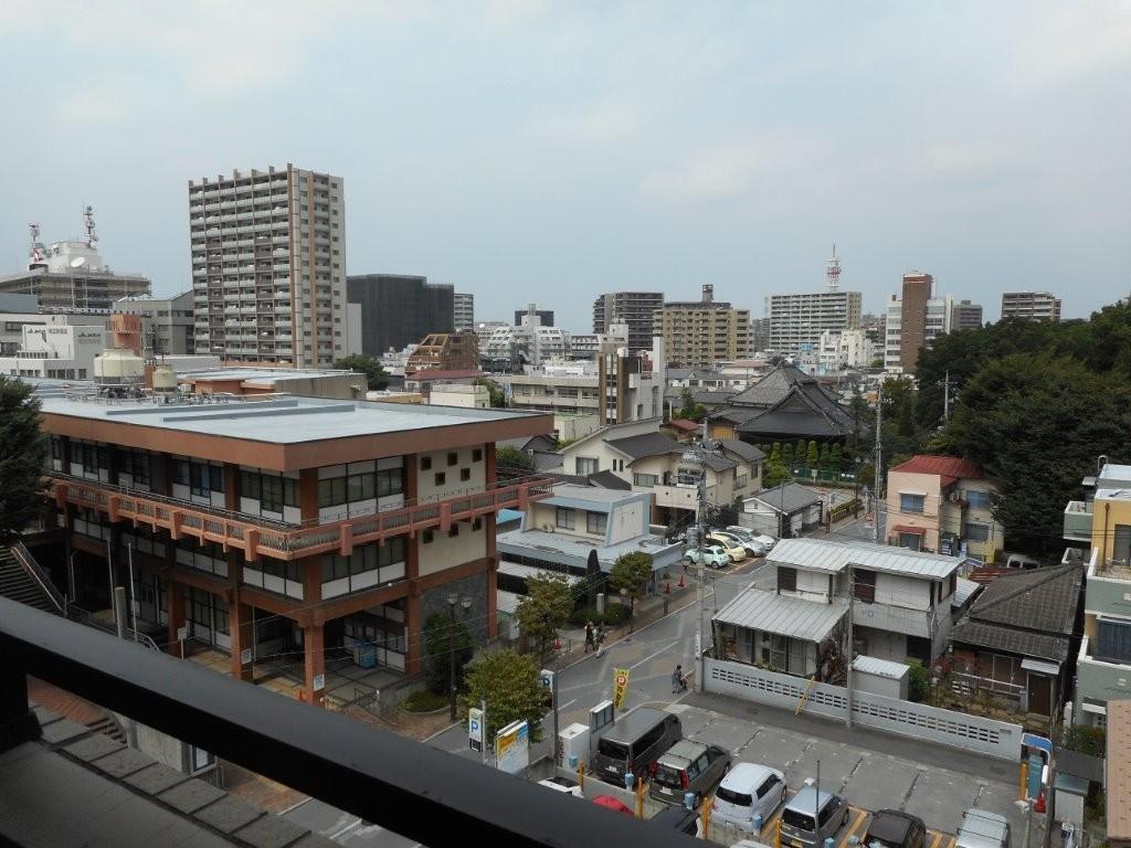 これは開業当時の写真です。左の建物は今はなき埼玉県立図書館です。