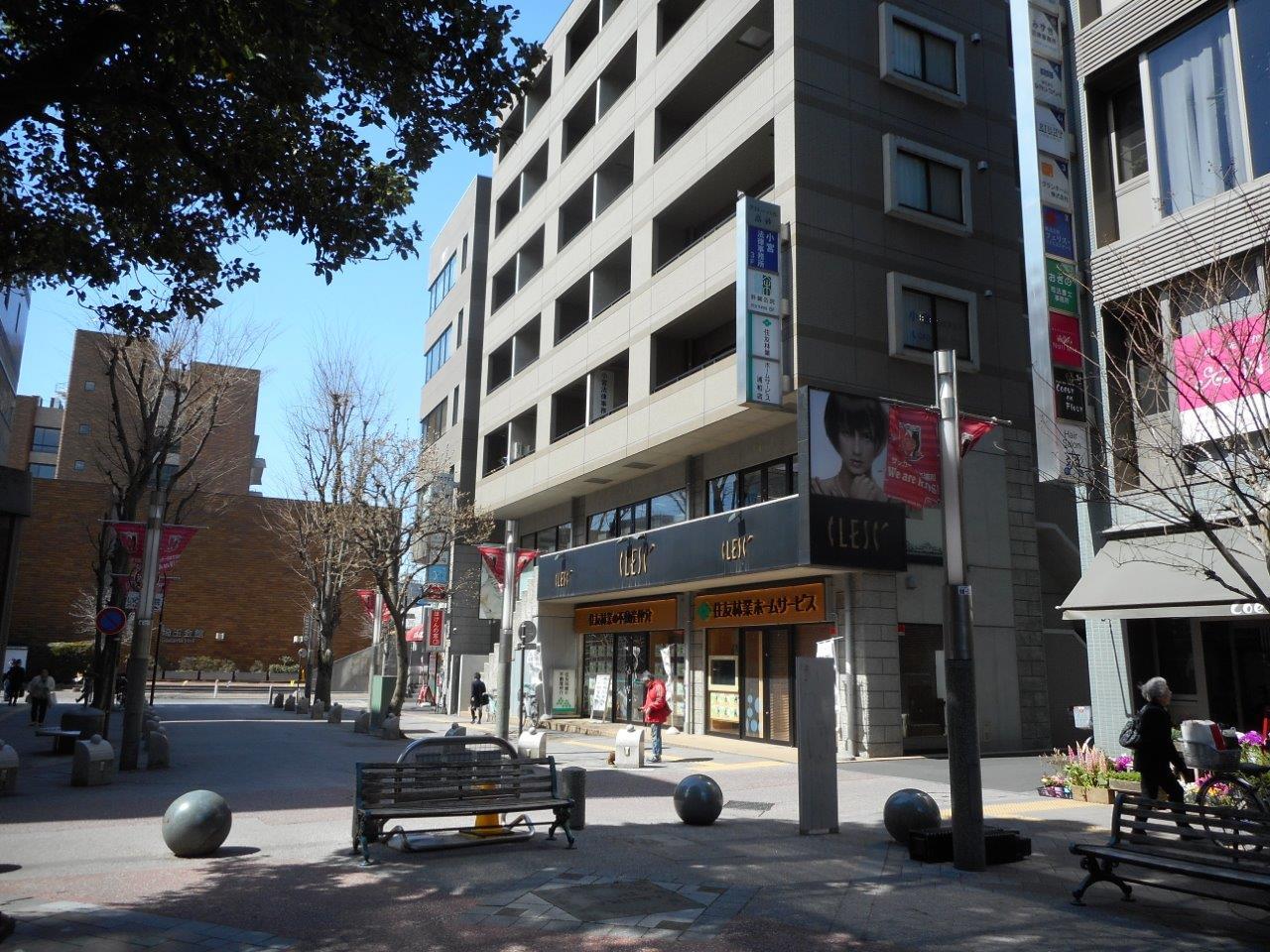 こちらのビルです。ビルの手前を右に曲がると左に入口があります。