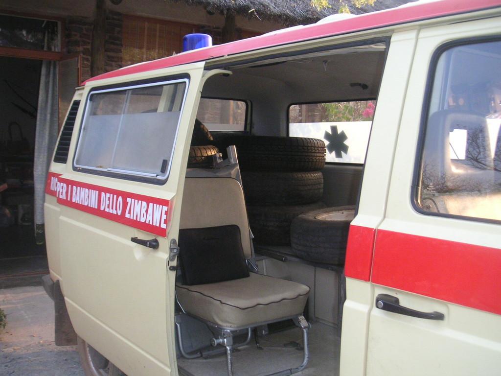 L'ambulanza che è stata donata al  centro S.Michael - ZIMBABWE 2006