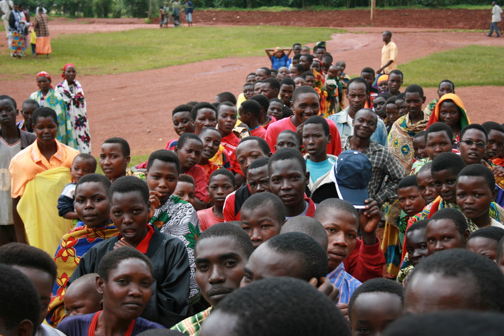 Volti domenicali, in fila per la messa - BURUNDI 2010