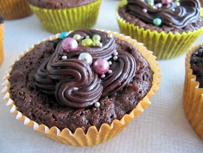 Brownie-Cupcakes mit Schoko-Ganache