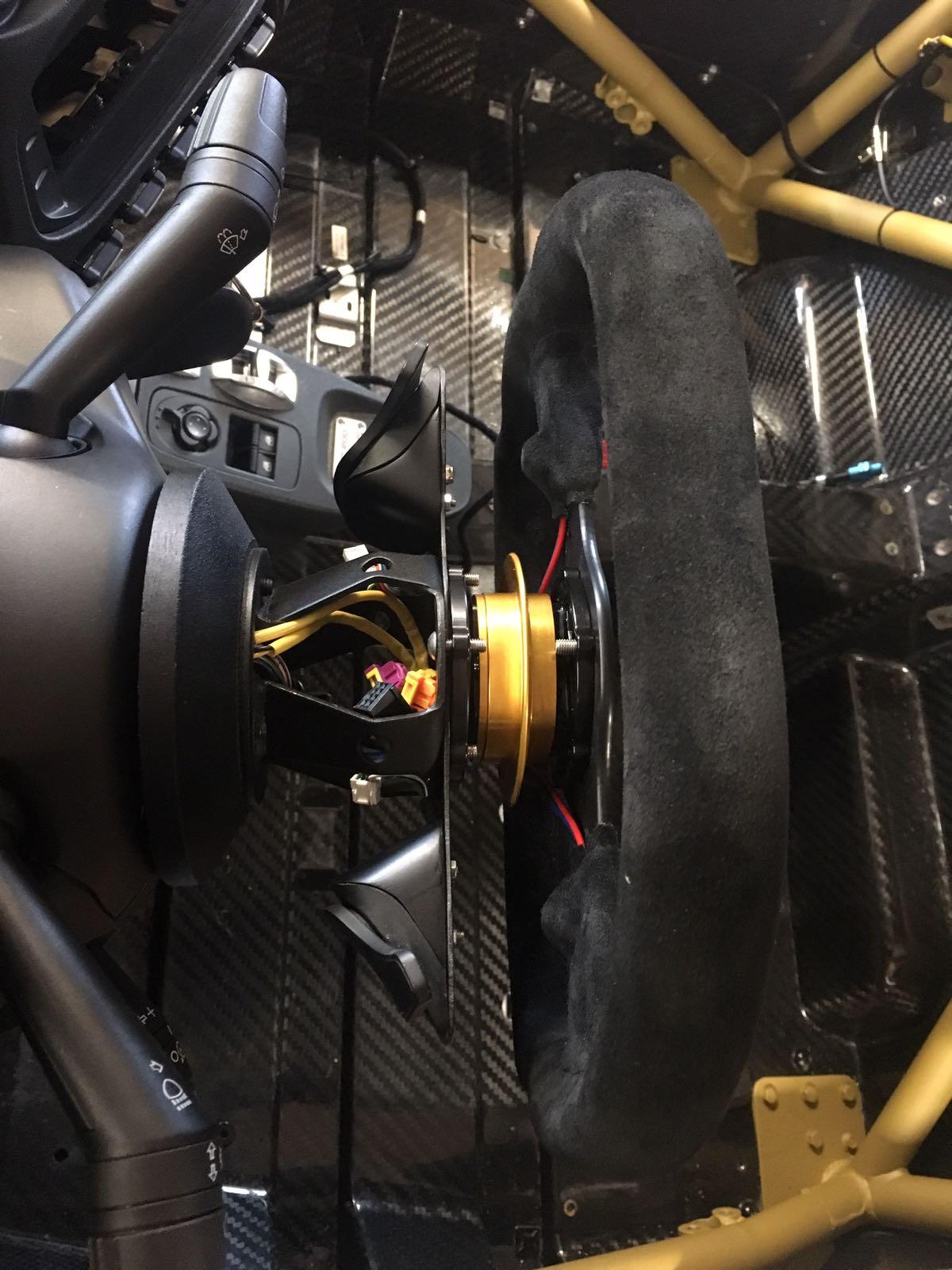 Schaltwippenadapter montiert zusammen mit den Schaltwippen im Cockpit des Alfa Romeo 4C