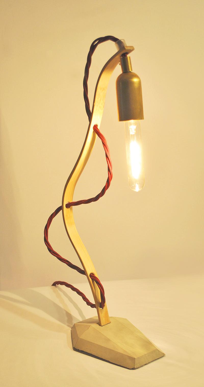 HANGING LOOSE Tischlampe_ BAMBOO_MESSING_ 34m x 10cm x 8cm_  dison Vintage Glühbirne 25W_  Bordeauxrotes Textilkabel geflochten_