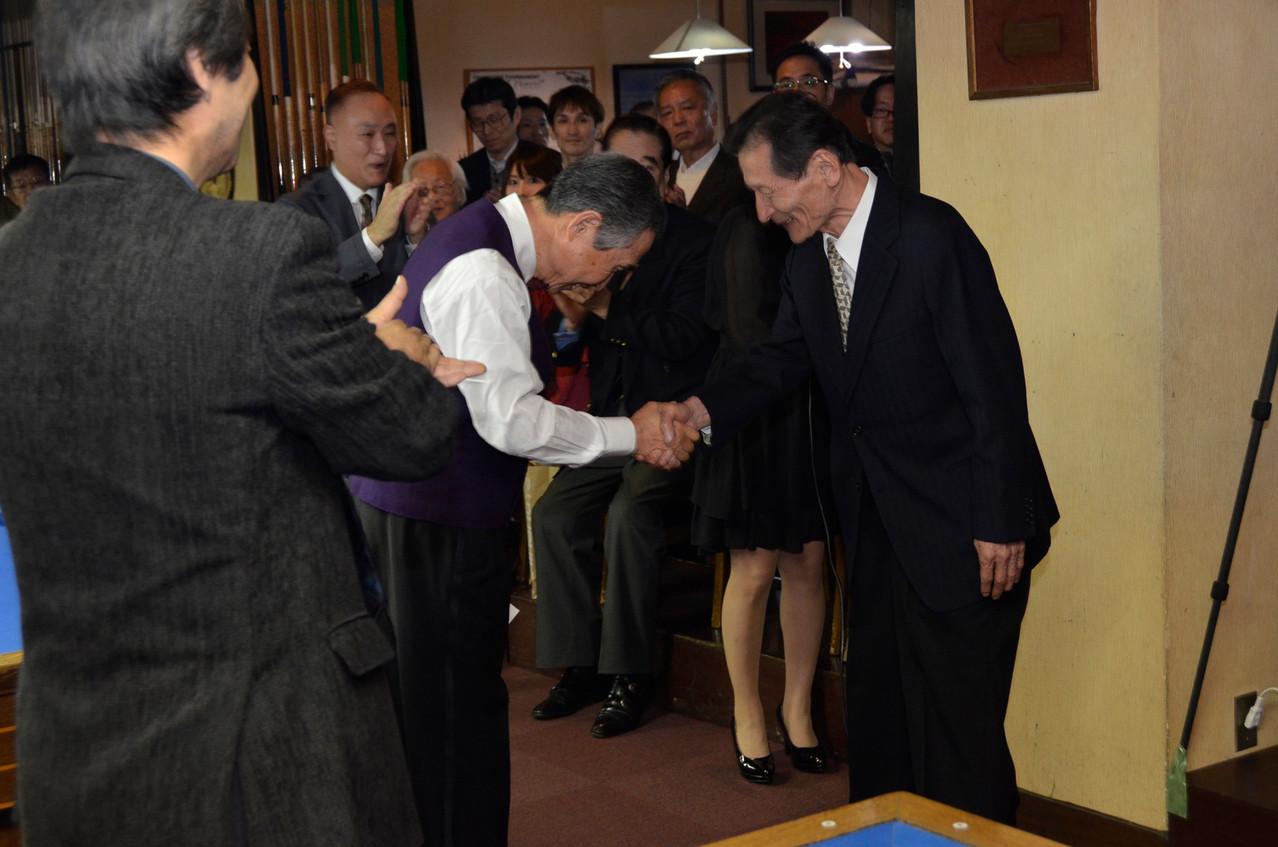 日本を支えたツートップ(右:小林伸明)の握手