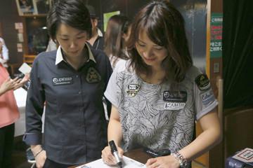 色紙にサインする河原&光岡純子 Photo : タカタアキラ