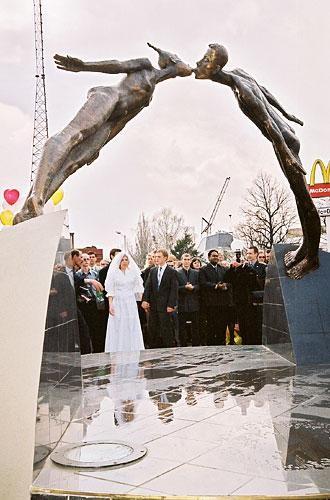 Памятник поцелую