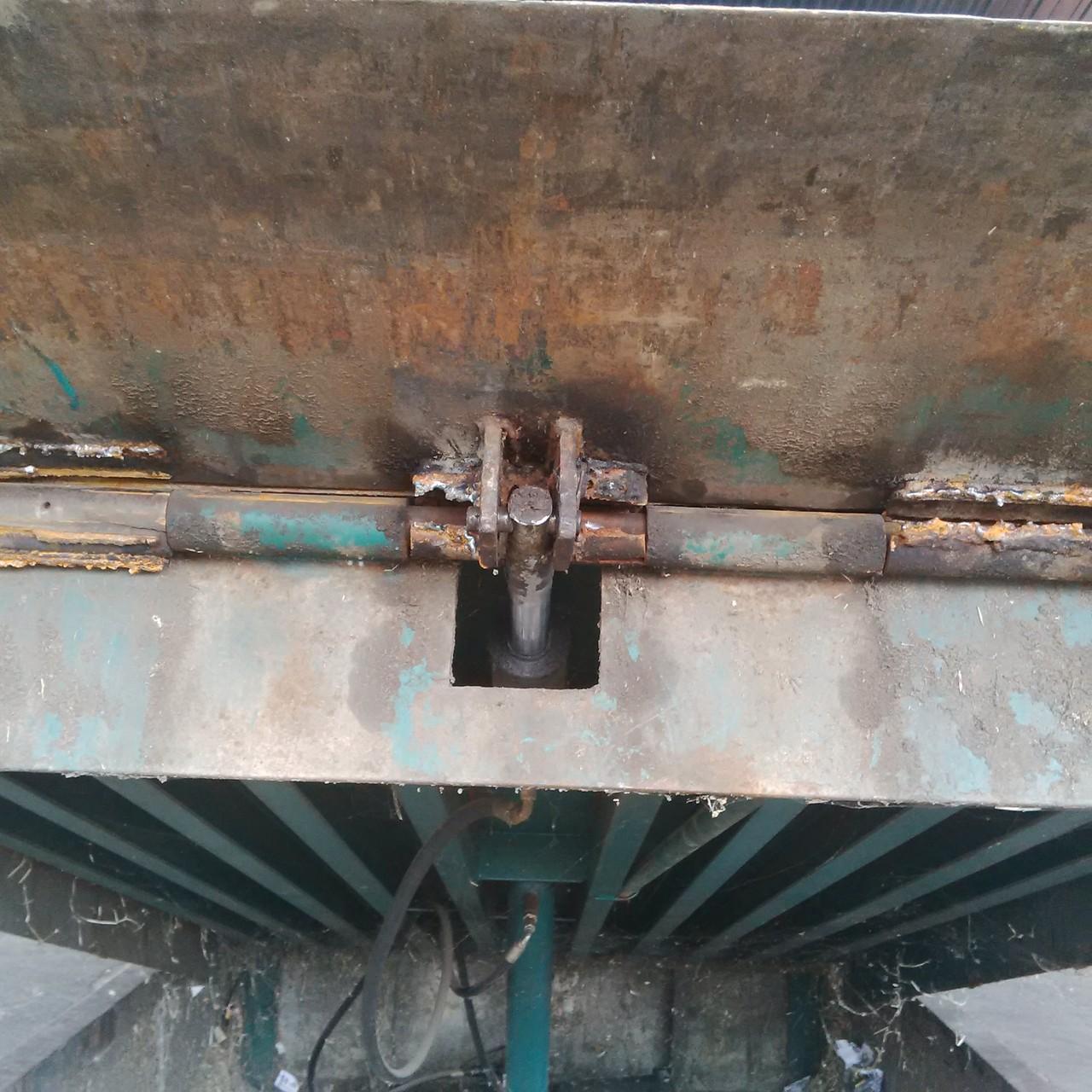 Uña muelle de carga rota