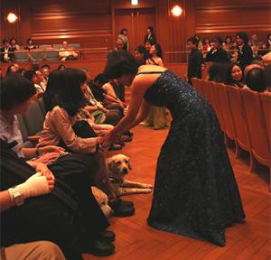 チャリティコンサートには盲導犬も一緒に ご来場いただいております。