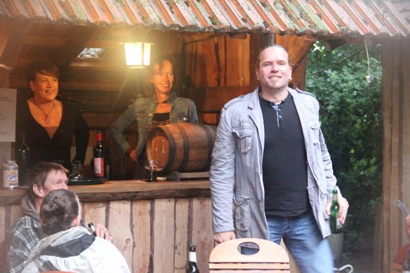 Marion und Andrea in der Weinstube