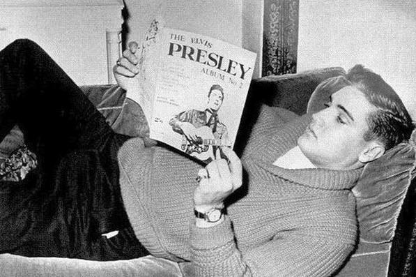 Elvis liegt bequem auf dem Sofa im Hotel Grunewald unter den goldgerahmten Rokoko-Bildern, Sammlung Museum Bad Nauheim
