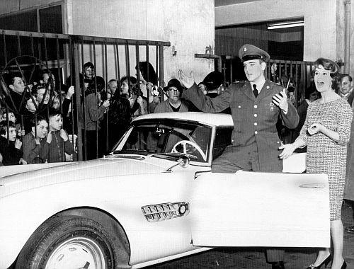 Schlüsselübergabe durch Uschi Siebert  20.12.1958 - Autohaus Wirth, Frankfurt, Foto: BMW Group Archiv
