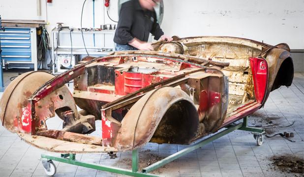 Beginn der Restaurierungsarbeit an Elvis legendärem BMW 507