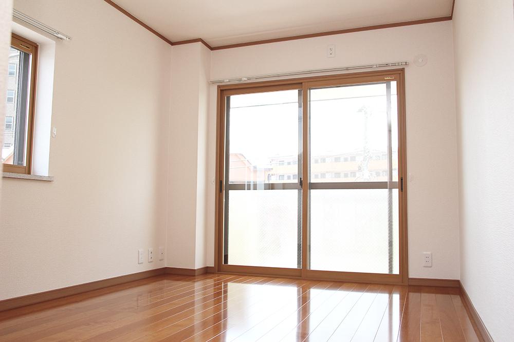 洋室8.3帖 南東角部屋で明るいです