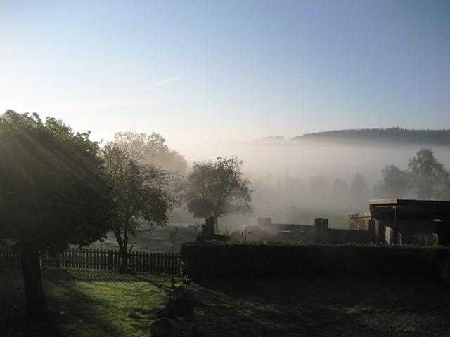 Bauernhof-Herbstnebel