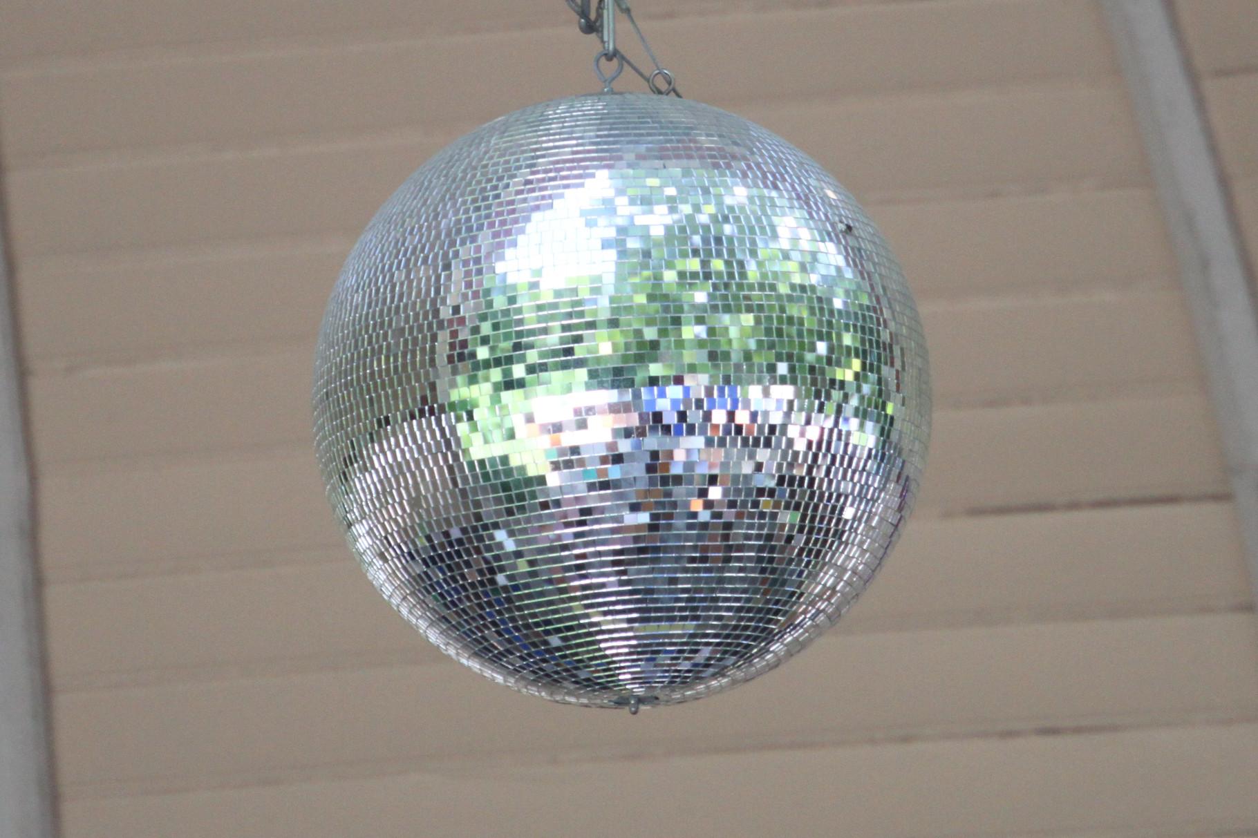 Spiegelkugel in der Konzertmuschel
