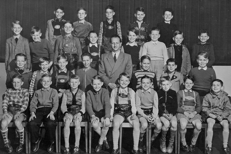 "Um 1955: Klasse mit Klassenlehrer Hans Wegmann gnt. ""Johnny""."