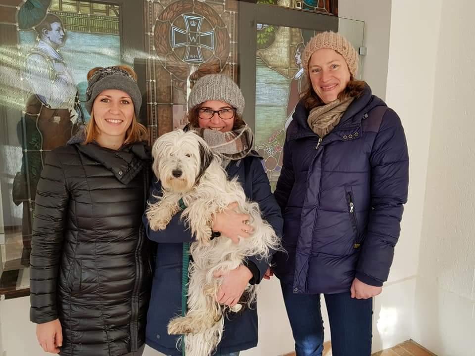 Gruppenbild mit Hund: Regionalmanagerinnen Sofia König, Pia Weischer und Kathrin Hunstig-Bockholt