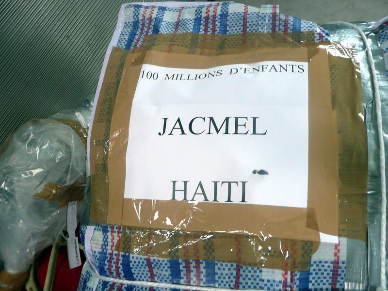Chaque bagage porte sa mission ... du matériel médical, des médicaments,des chaussures, des draps,quelques petits jouets