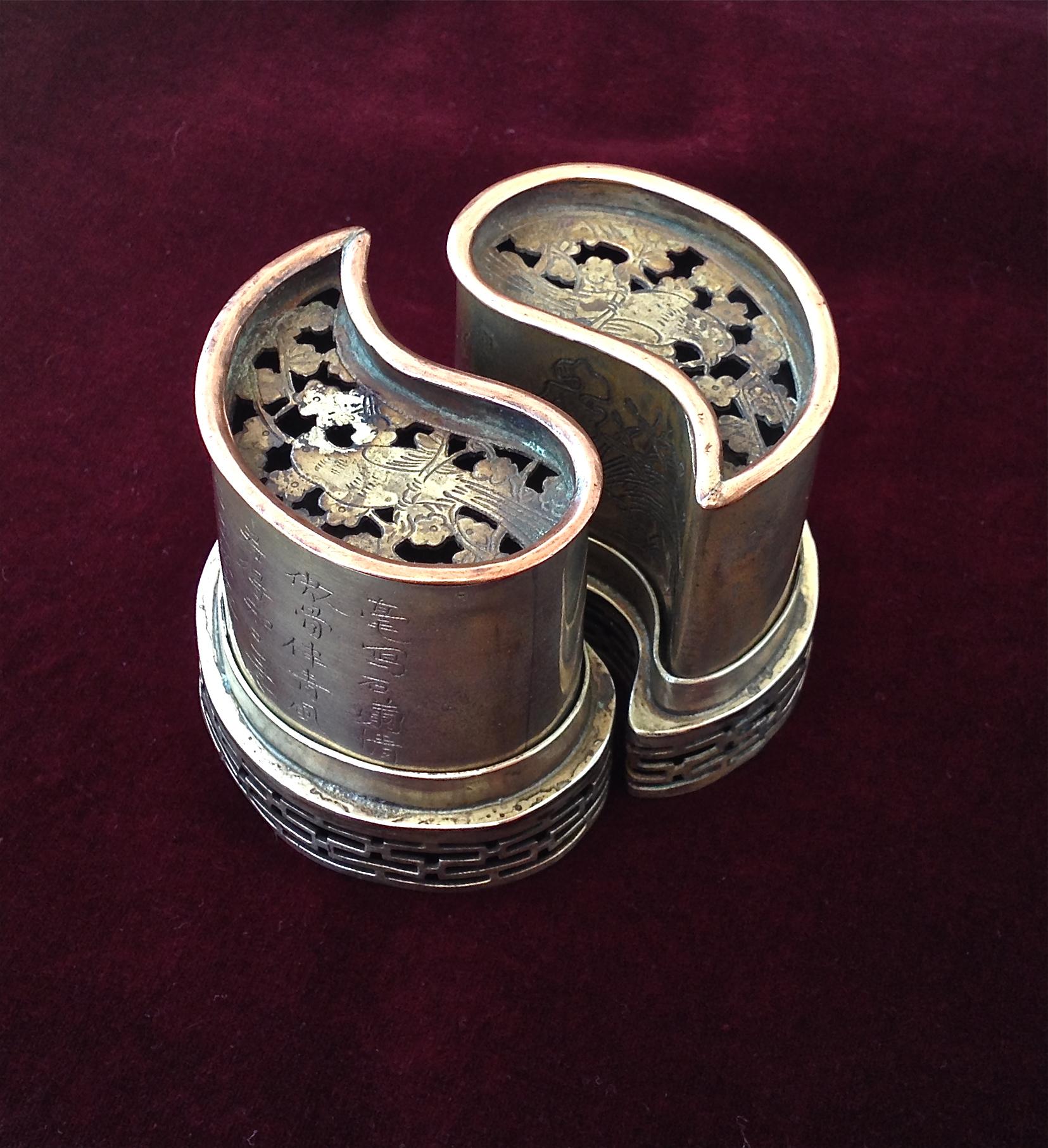 Pair of yin-yang dross ashtrays (–> Accessoires)