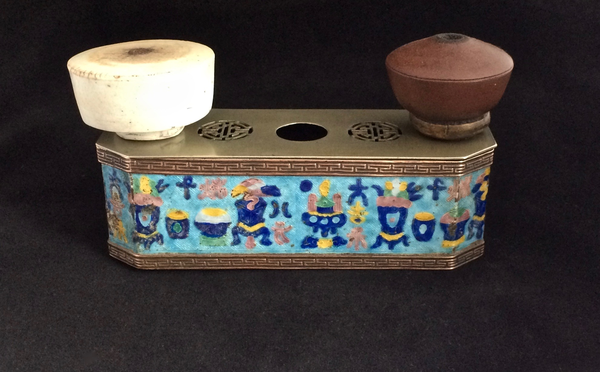 Enameled bowl stand (–> Accessoires)