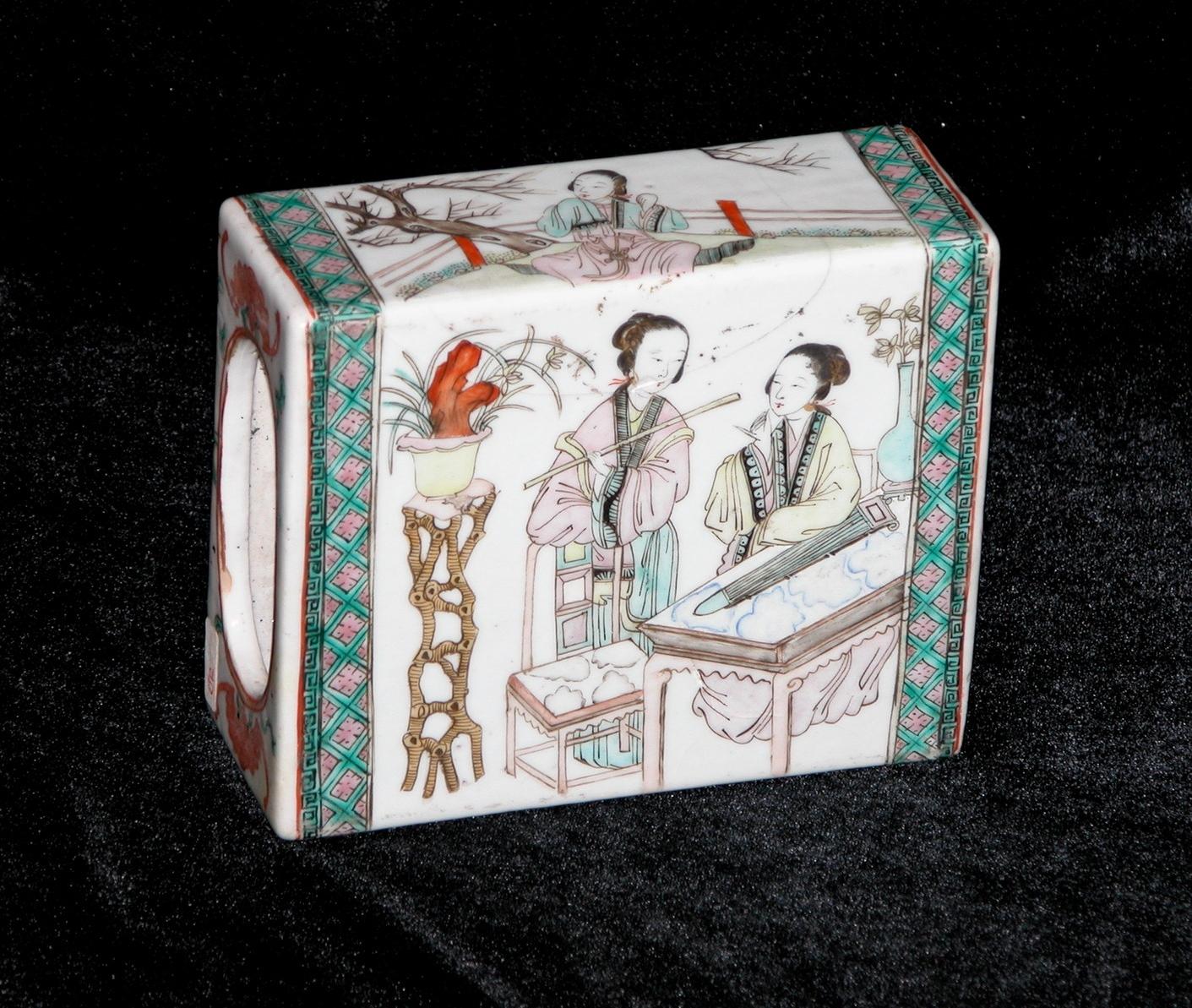 Polychrom porcelain headrest  (–> Accessoires)