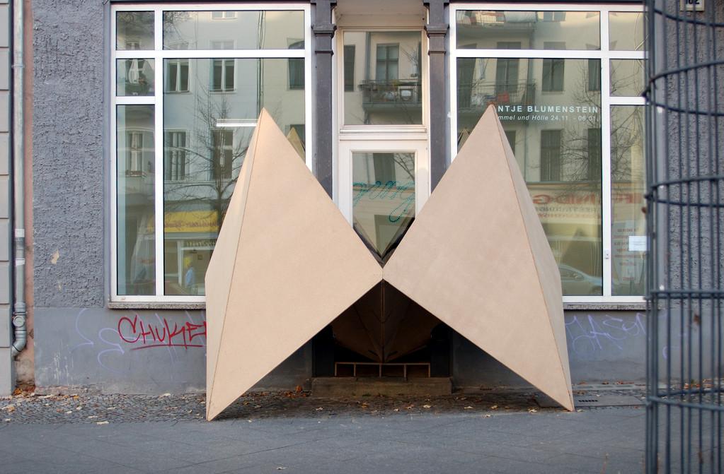 Antje Blumenstein, Himmel und Hölle, 2006, Spanplatte, 280 x 480 x 480 cm
