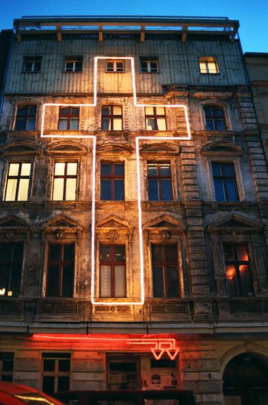 Antje Blumenstein, Glaube Liebe Hoffnung, 2005, Installation Fassadengalerie Auguststrasse, Lichtschlauch