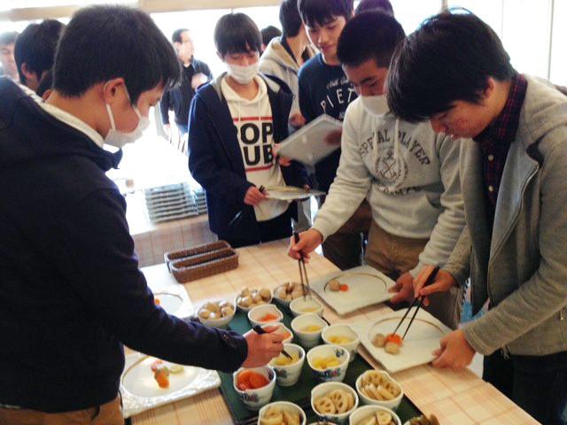 おせち料理盛り付け勉強会の様子