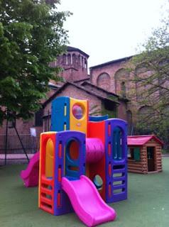 Oratorio de San Simpliciano: campo de fútbol, campo de baloncesto, columpios
