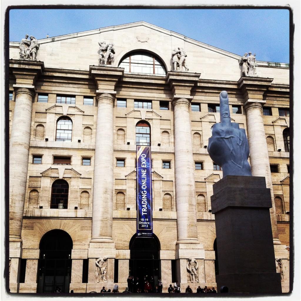 Estatua y edificio de La Bolsa de Milano