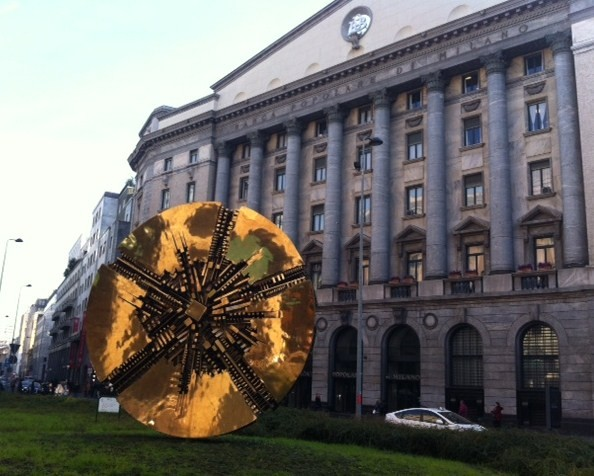 Piazza Meda y escultura de Arnaldo Pomodoro