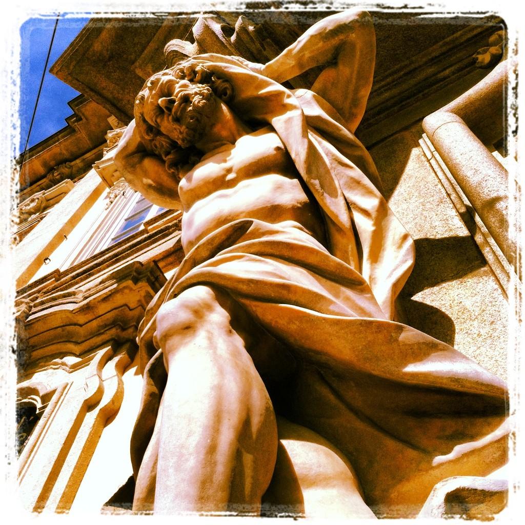 Estatua en fachada