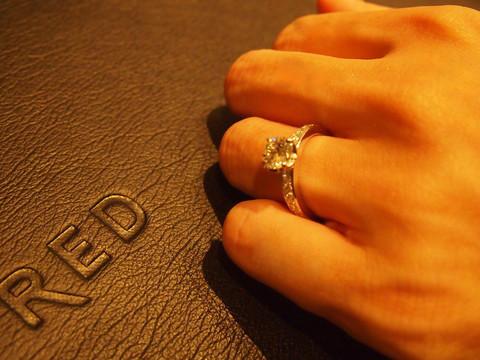 ここにきてデルフィーヌが急上昇です。ダイアの4Cのランクも高く、存在感もあって女性らしくて・・・ただ、結婚指輪の重ねつけをしたらうるさいから、単品で付けるタイプですね^^