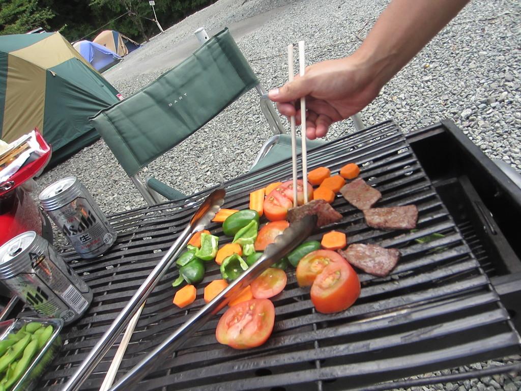 焼けたらトマトがとてもジューシーで◎ 外で食べるお肉はなによりも美味しい
